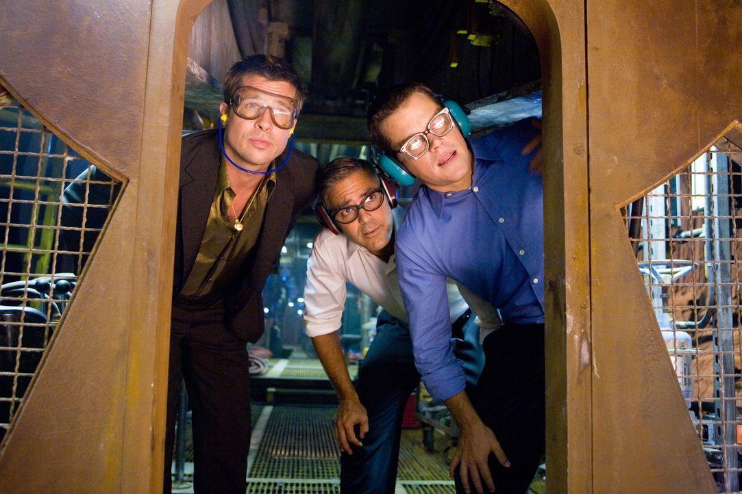 Ocean (George Clooney, M.), Ryan (Brad Pitt, l.) und Caldwell (Matt Damon,r.) wollen Casinobesitzer Bank seine fiese Tour heimzahlen - genau an dem... - Bildquelle: TM &   Warner Bros. All Rights Reserved