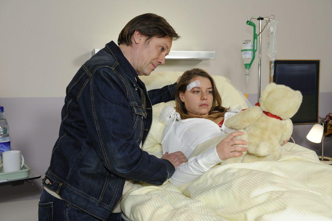 Anna und Susanne sorgen sich um Katja (Karolina Lodyga, r.), die einfach nicht wahrhaben will, dass sie nie wieder laufen kann. Armin (Rainer Will,... - Bildquelle: SAT.1