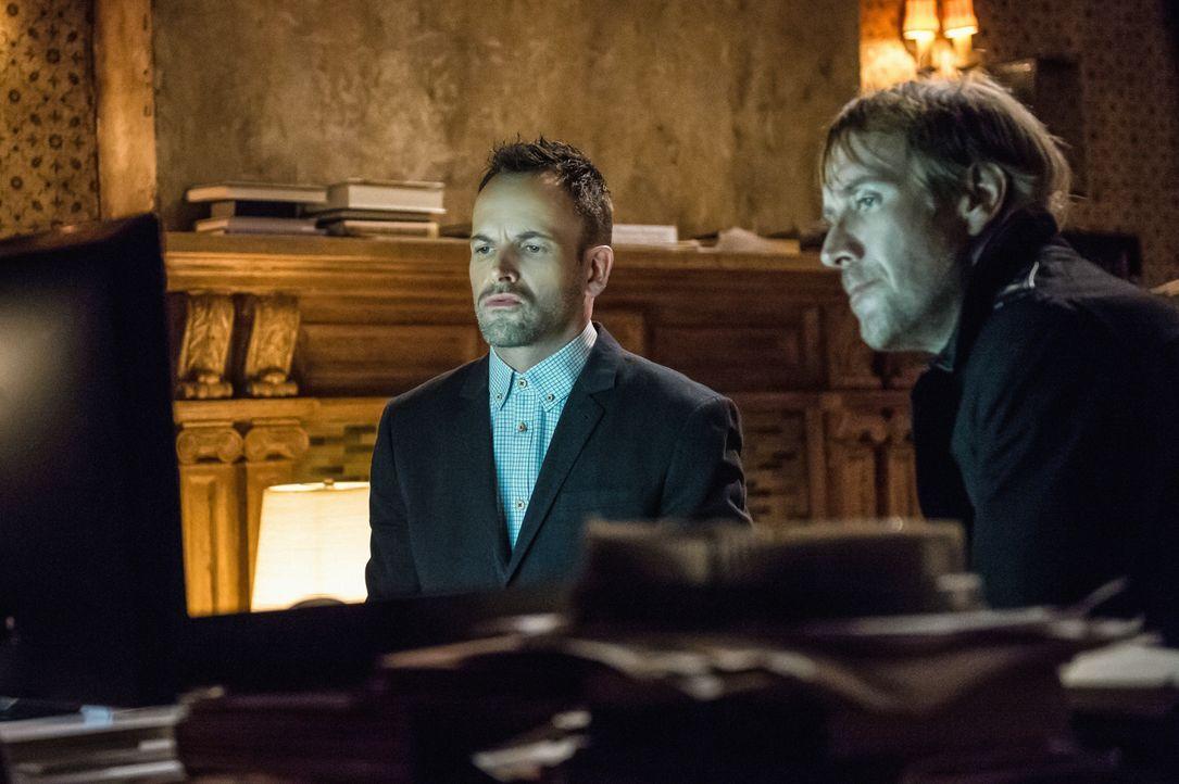 Nachdem sich der größte Schock gelegt hat, überlegen Sherlock (Jonny Lee Miller, l.) und sein Bruder Mycroft (Rhys Ifans, r.), was sie tun können, u... - Bildquelle: CBS Television