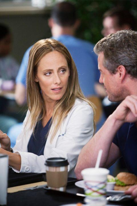 Dr. Teddy Altman (Kim Raver, l.), die neu im Seattle Grace Hospital ist, wird von ihren neuen Kollegen, allen voran von Mark (Eric Dane, r.), unter... - Bildquelle: Touchstone Television
