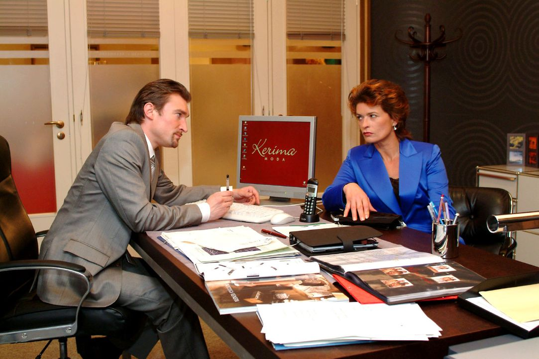 Sophie (Gabrielle Scharnitzky, r.) ringt Richard (Karim Köster, l.) das Versprechen ab, ihr eine Aufgabe bei Kerima Moda zu verschaffen. - Bildquelle: Monika Schürle Sat.1