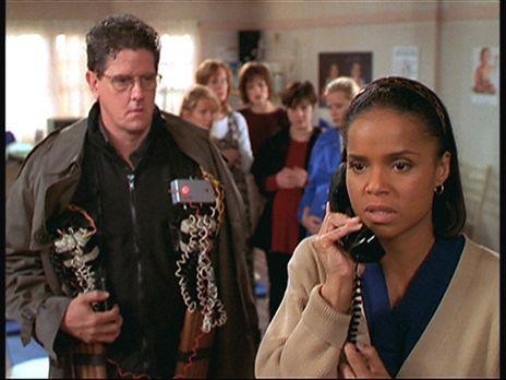 Diagnose: Mord - Amanda (Victoria Rowell, r.) telefoniert aufgeregt mit Mark...