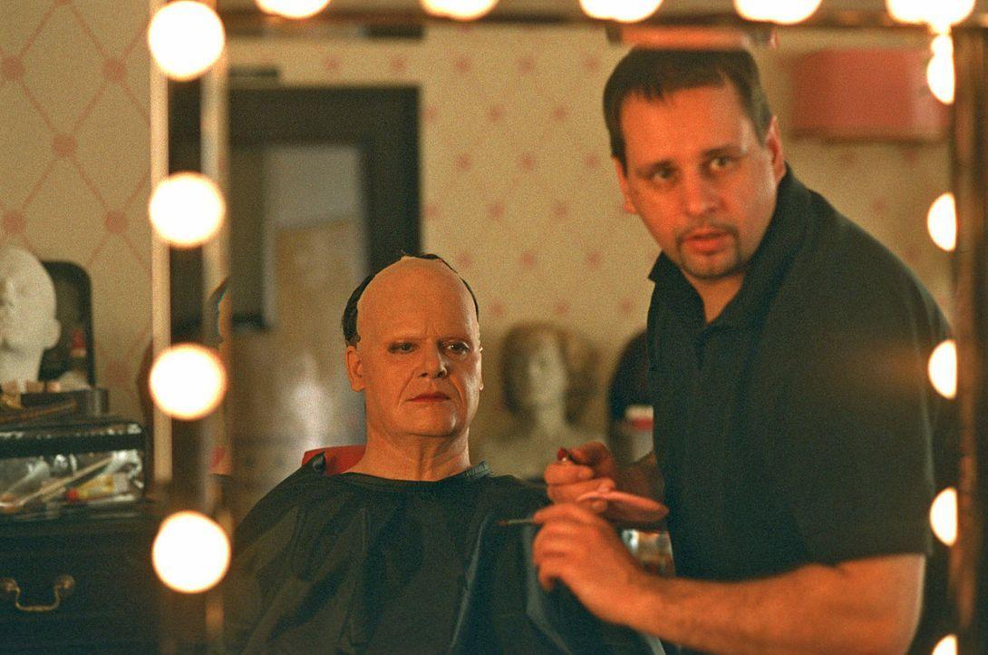 Aus Leo (Fritz Karl, l.) wird mit Hilfe eines Maskenbildners aus dem Seniorenheim von Leos Großmutter eine Leonore. - Bildquelle: Martin Lässig Sat.1