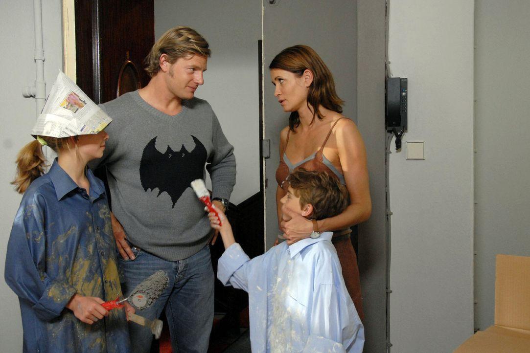 Eva (Anja Kling, r.) ist so in ihre neue Arbeit verstrickt, dass sie kaum noch Zeit für Ben (Joel Eisenblätter, 2.v.r.) und Anna (Valerie Kahl, l.)... - Bildquelle: Noreen Flynn Sat.1