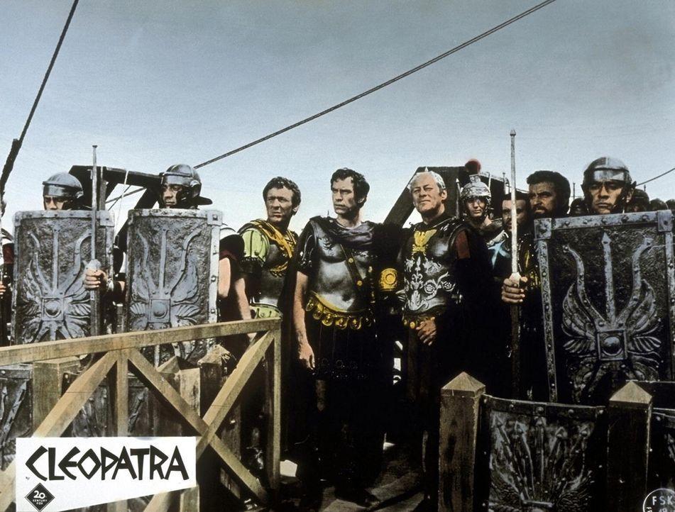 Bereit für den Feldzug gegen seinen Feind Pompejus: Julius Cäsar (Rex Harrison, M.) mit seiner Truppe ... - Bildquelle: 20th Century Fox Film Corporation