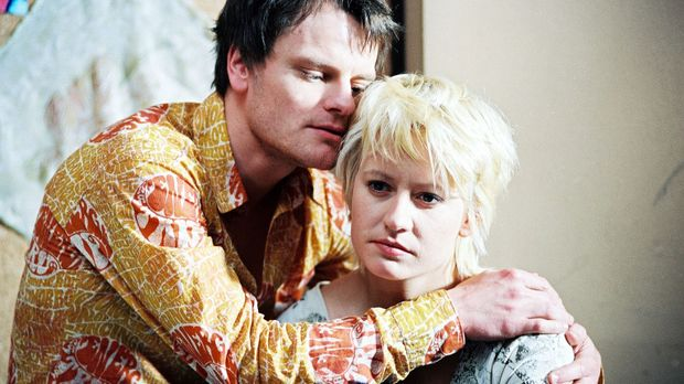 Bertram (Stefan Kolosko, l.) versucht, Lena (Jennipher Antoni, r.) zu überzeu...