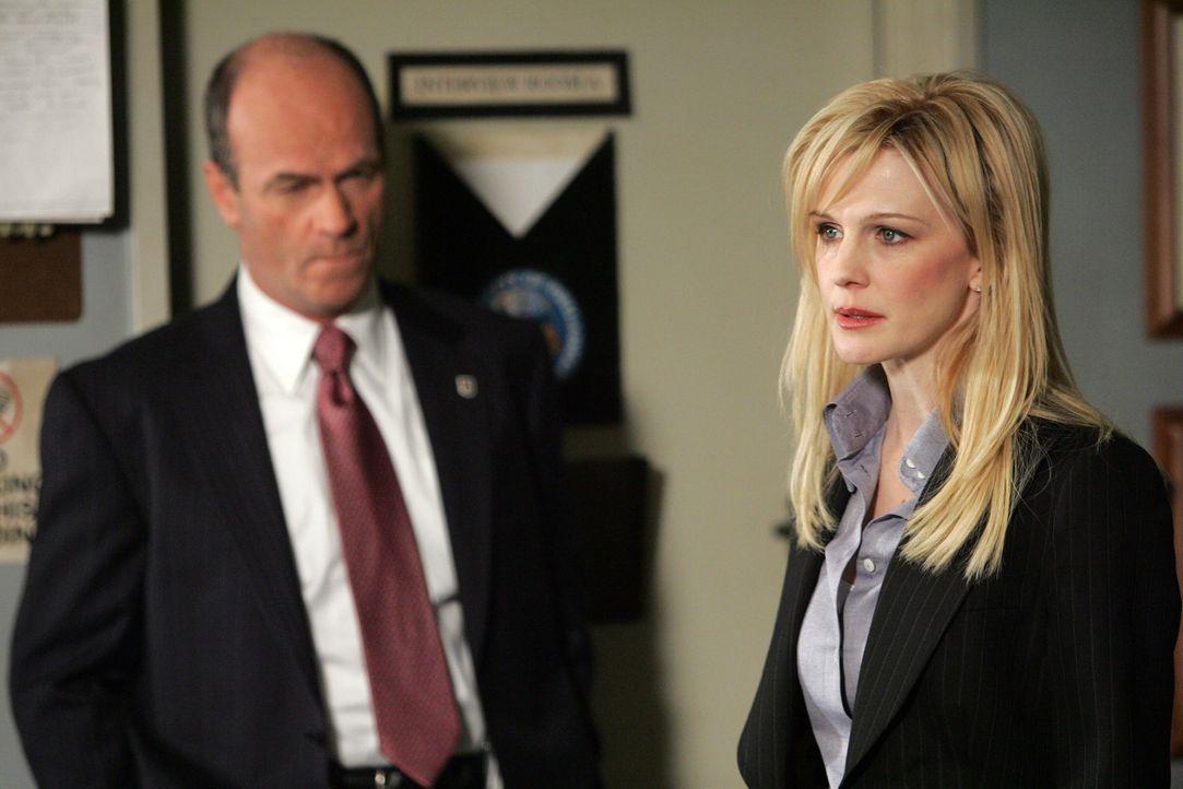 Det. Lilly Rush (Kathryn Morris, r.) erzählt Lt. John Stillman (John Finn, l.) von dem Unbekannten, der behauptet, Steve Jablonskis Mörder zu sein. - Bildquelle: Warner Bros. Television