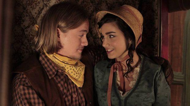 Während der Wild West Show im Outdoor Man flirtet Mandy (Molly Ephraim, r.) i...