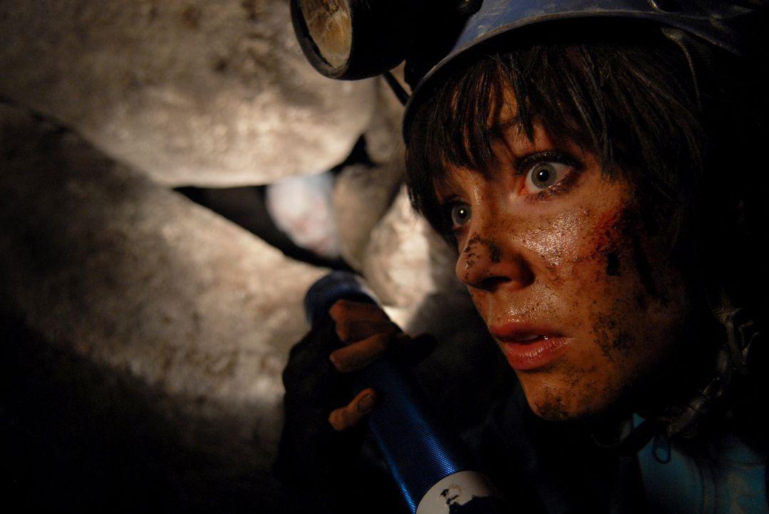 Als Teile der Höhlendecke einstürzen, wird Cathy (Anna Skellern) durch die Gesteinsmassen von den anderen isoliert und in einem Hohlraum eingeschl...