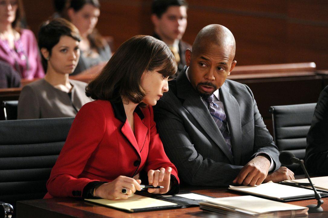 Alicia (Julianna Margulies, l.) ist zusammen mit Julius (Michael Boatman, r.) mit einem Fall betraut, bei dem ihr Mandant, Grant Duverney, einen Sch... - Bildquelle: 2011 CBS Broadcasting Inc. All Rights Reserved.