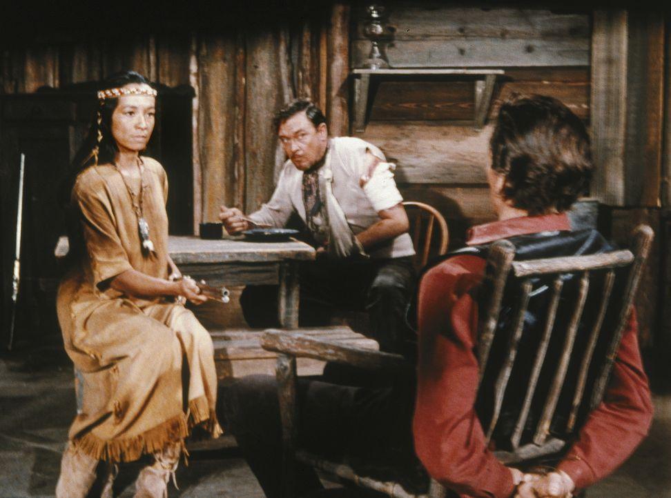 Vorarbeiter Candy (David Canary, r.) soll eine abgelegene Hütte auf der Ponderosa kontrollieren - und entdeckt dort den verwundeten Deserteur Sam Be... - Bildquelle: Paramount Pictures