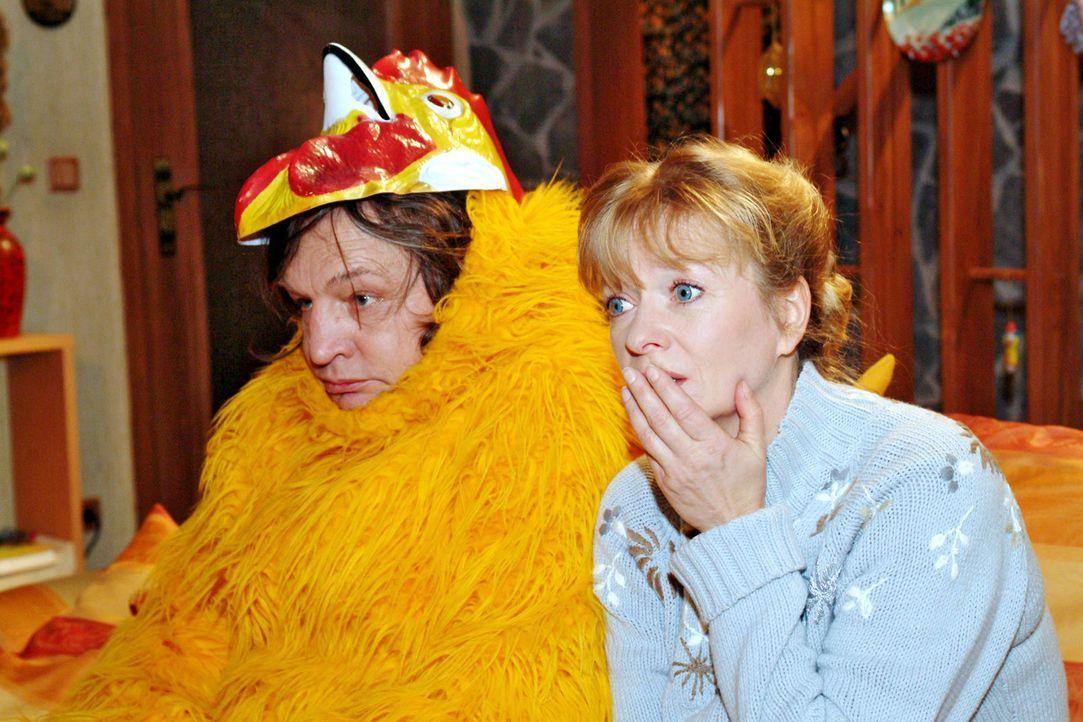 Bernd (Volker Herold, l.), der zwischenzeitlich einen frustrierenden Job als Hühnersuppen-Promoter angetreten hat, beichtet der fassungslosen Helga... - Bildquelle: Monika Schürle Sat.1