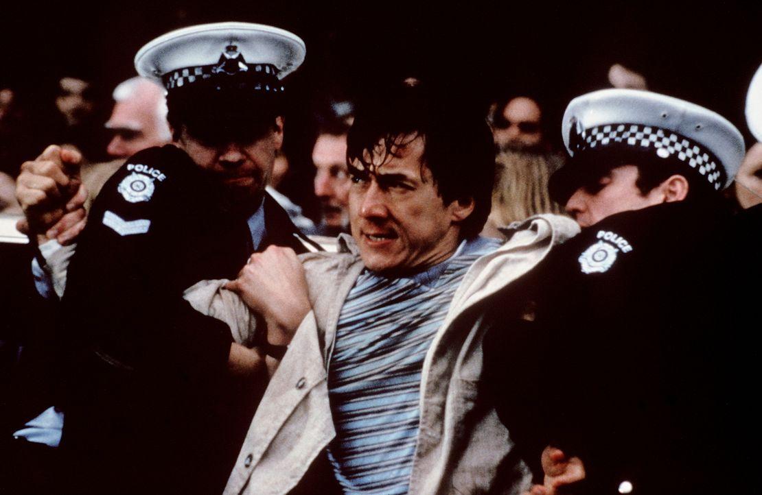 Die Polizei kann nicht länger zuschauen, wie Fernsehkoch Jackie (Jackie Chan, M.) die Bösewichter in die Pfanne hauen will ... - Bildquelle: Kinowelt Filmverleih