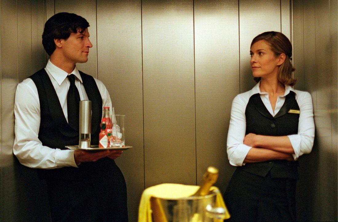 Johannes (Misel Maticevic, l.) findet Gefallen an der hübschen Hotelangestellten Sophie (Lisa Martinek, r.) und lässt sich auf ein Spiel ein. - Bildquelle: Conny Klein Sat.1
