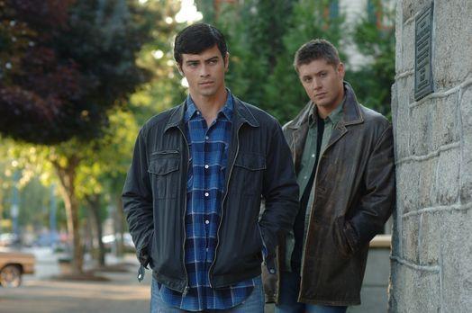 Supernatural - Dean (Jensen Ackles, r.) wird von Castiel in die Vergangenheit...