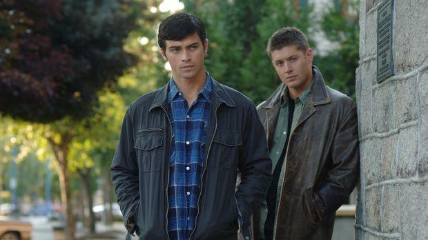 Dean (Jensen Ackles, r.) wird von Castiel in die Vergangenheit zurückgeschick...