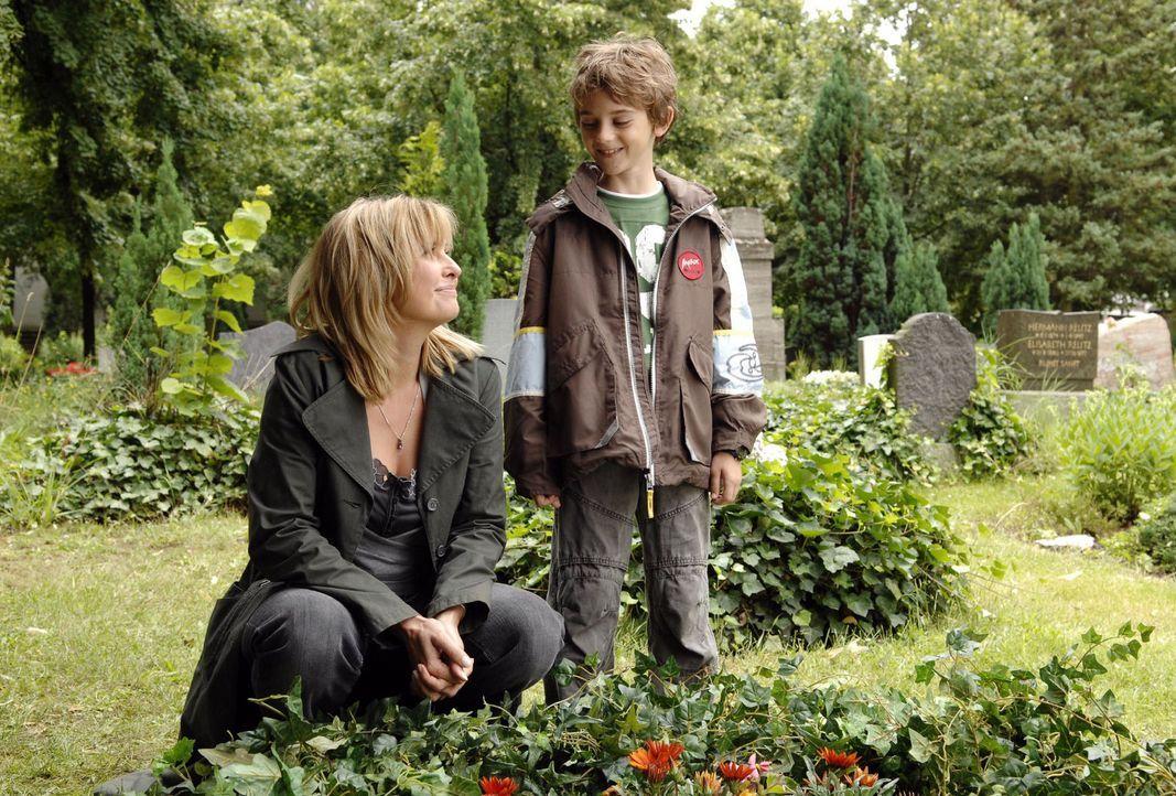 Der neunjährige Oliver (Joel Eisenblätter, r.) besucht mit seiner Mutter Nika (Katharina Böhm, l.) das Grab seines verstorbenen Vaters. - Bildquelle: Sat.1