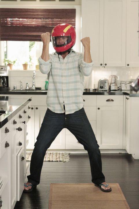 Travis muss für einige Zeit einen Helm tragen, was dieser ganz und gar nicht cool findet. Bobby (Brian Van Holt) sieht das jedoch ganz anders ... - Bildquelle: 2011 American Broadcasting Companies, Inc. All rights reserved.