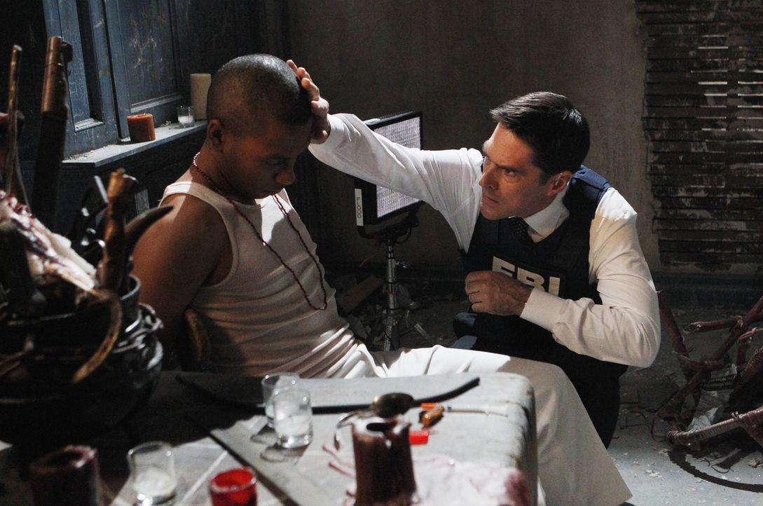 Hotch (Thomas Gibson, r.) und seine Kollegen ermitteln in Miami in einem Fall von mutmaßlichen Ritualmorden. Elian Morales (Barnaby Barrilla, l.) gr... - Bildquelle: ABC Studios