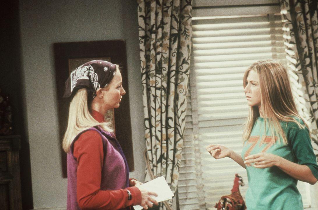 Phoebe (Lisa Kudrow, l.) findet, dass Rachel (Jennifer Aniston, r.) sich zu sehr um die Meinung anderer Leute kümmert. - Bildquelle: TM+  2000 WARNER BROS.