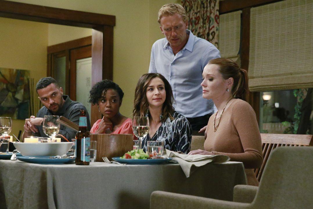 Penny (Samantha Sloyan, r.) ist die Ärztin, aufgrund deren Fehlentscheidung Derek starb. Als Meredith dies kundtut, sind Jackson (Jesse Williams, l.... - Bildquelle: Mitchell Haaseth ABC Studios