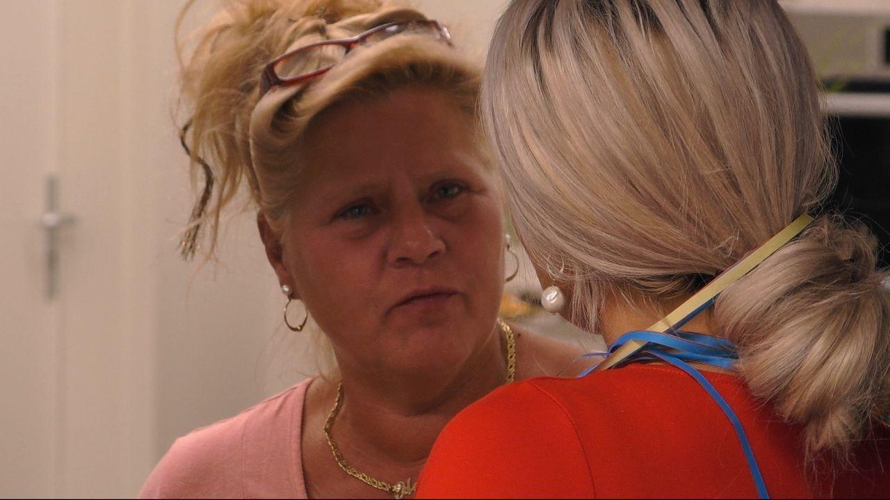 Silvia Wollny (li.) hat ein Hühnchen mit Sophia Vegas zu rupfen. - Bildquelle: Sat.1