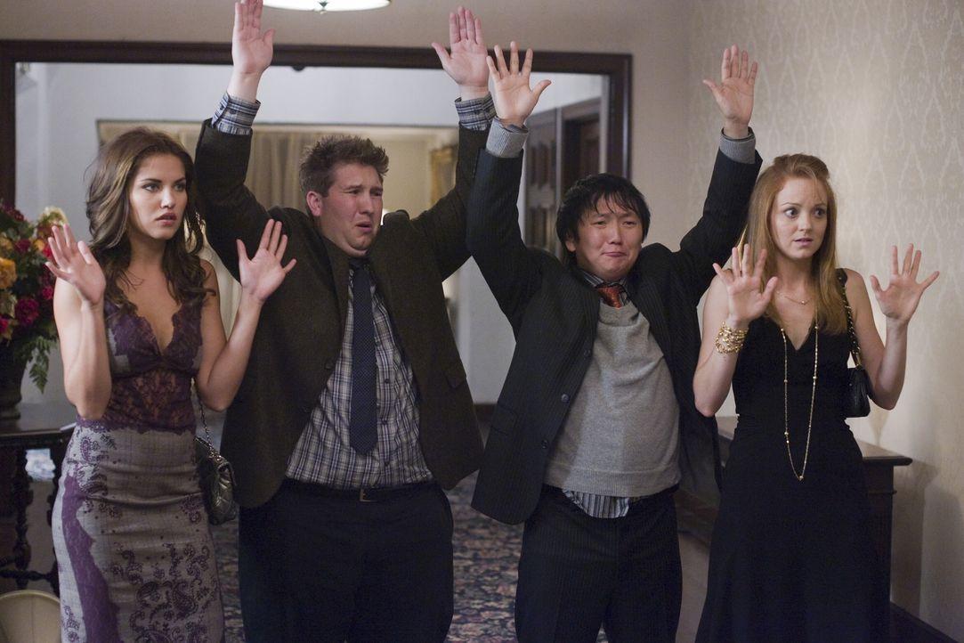 Geraten von einer Falle in die nächste: (v.l.n.r.) Isabella (Marika Dominczyk), Lloyd (Nate Torrence), Bruce (Masi Oka) und Nina (Jayma Mays) ... - Bildquelle: Warner Brothers