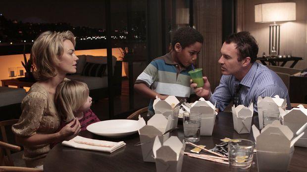 Eine glückliche Familie? Kimber (Kelly Carlson, l.), Jenna (Darstellerin unbe...