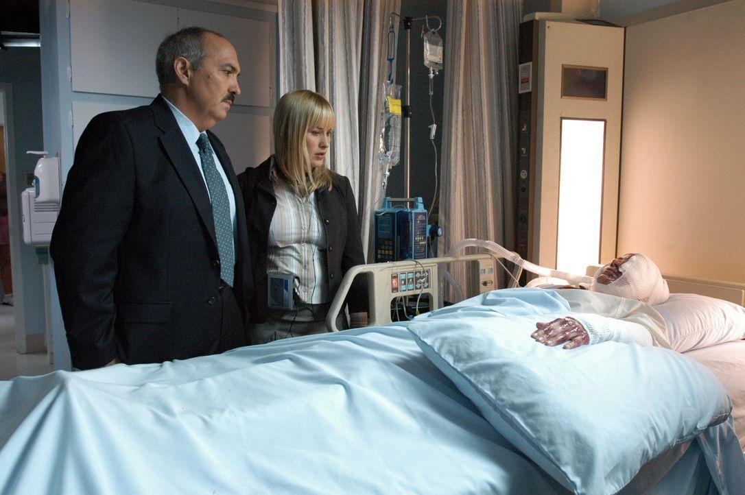 Allison (Patricia Arquette, r.) soll im Krankenhaus Kontakt zu einer Komapatientin aufnehmen, die bei einem Hausbrand schwer verletzt wurde. Devalos... - Bildquelle: Paramount Network Television