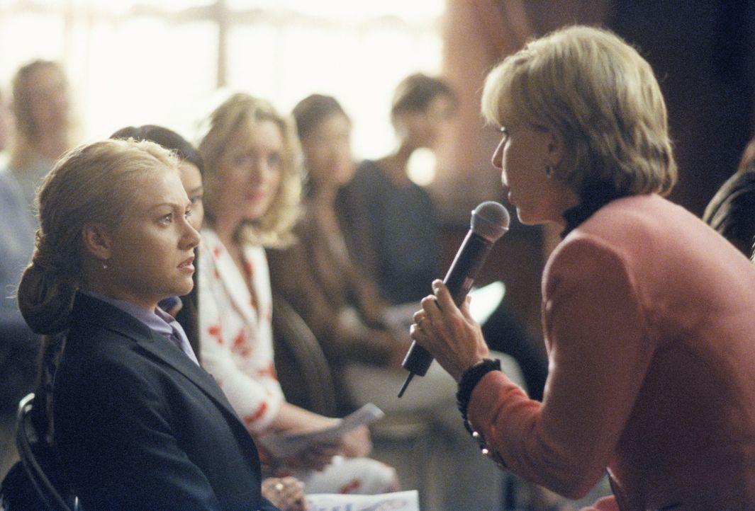 Als Nelle (Portia de Rossi, l.) gegen die Beziehungs-Therapeutin Shirley Grouper (Florence Henderson, r.) vorgeht, muss auch sie einiges einstecken... - Bildquelle: 2000 Twentieth Century Fox Film Corporation. All rights reserved.