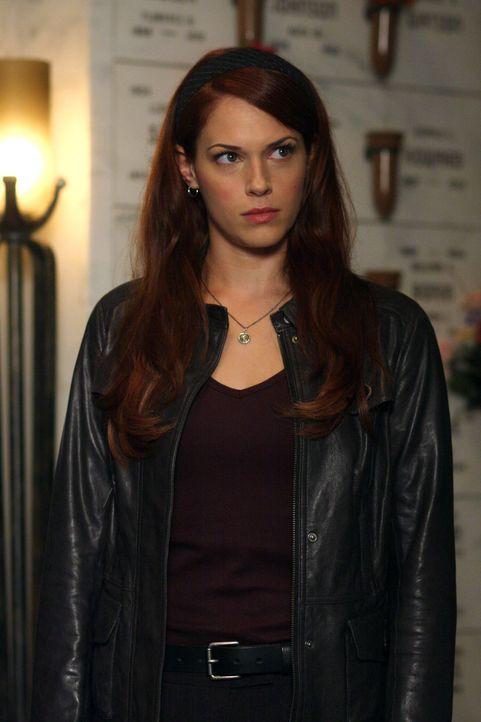 In der CBI-Zentrale ereignet sich ein Anschlag: Grace (Amanda Righetti) und ihre Kollegen versuchen herauszufinden, wer dahinter steckt ... - Bildquelle: Warner Bros. Television