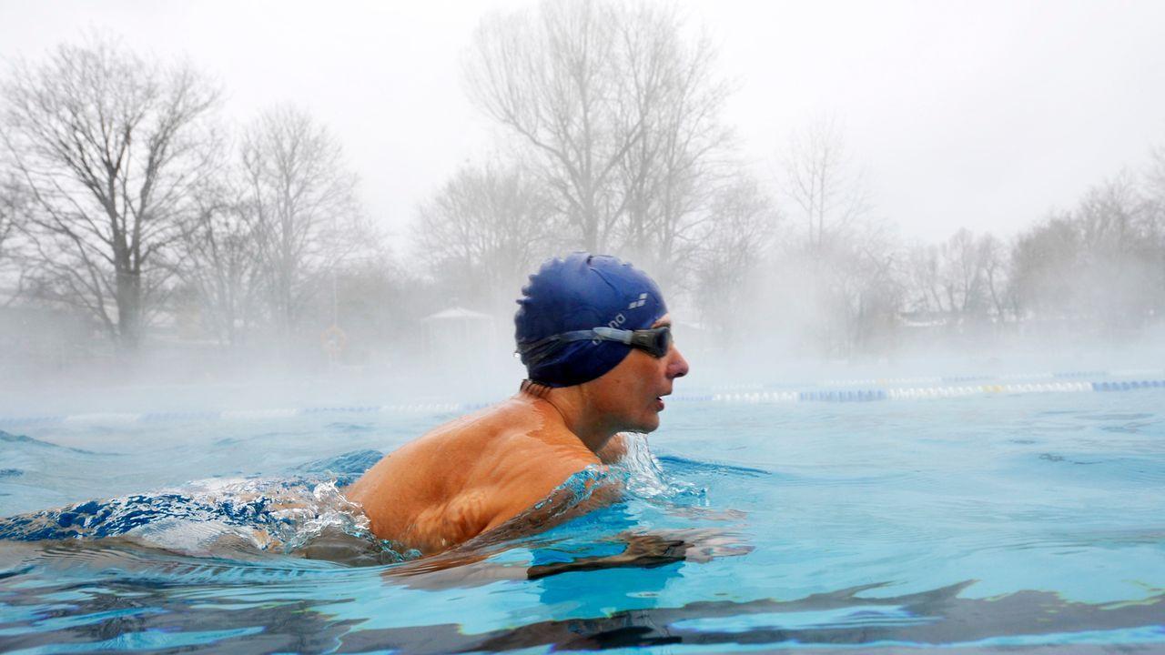outdoor-winter-schwimmen-11-01-28-dpa - Bildquelle: dpa