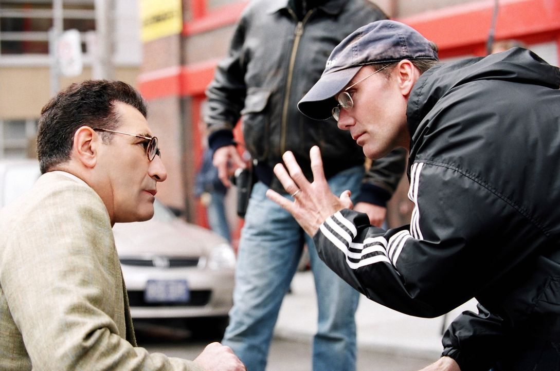Regisseur Les Mayfield, r. gibt Hauptdarsteller Eugene Levy, l. Regieanweisungen ... - Bildquelle: 2005 Warner Brothers