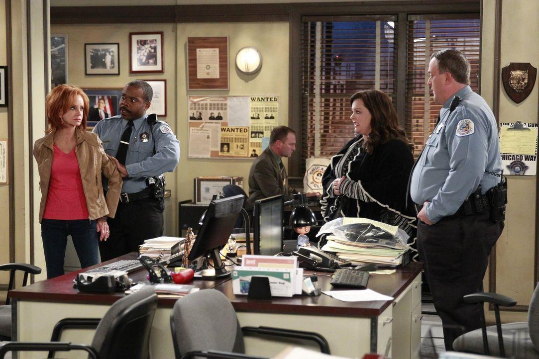 Molly (Melissa McCarthy, 2.v.r.) ist entsetzt, als sie erfährt, dass Mike (Billy Gardell, r.) ihre Mutter Joyce (Swoosie Kurtz, l.) verhaftet hat ... - Bildquelle: Warner Brothers