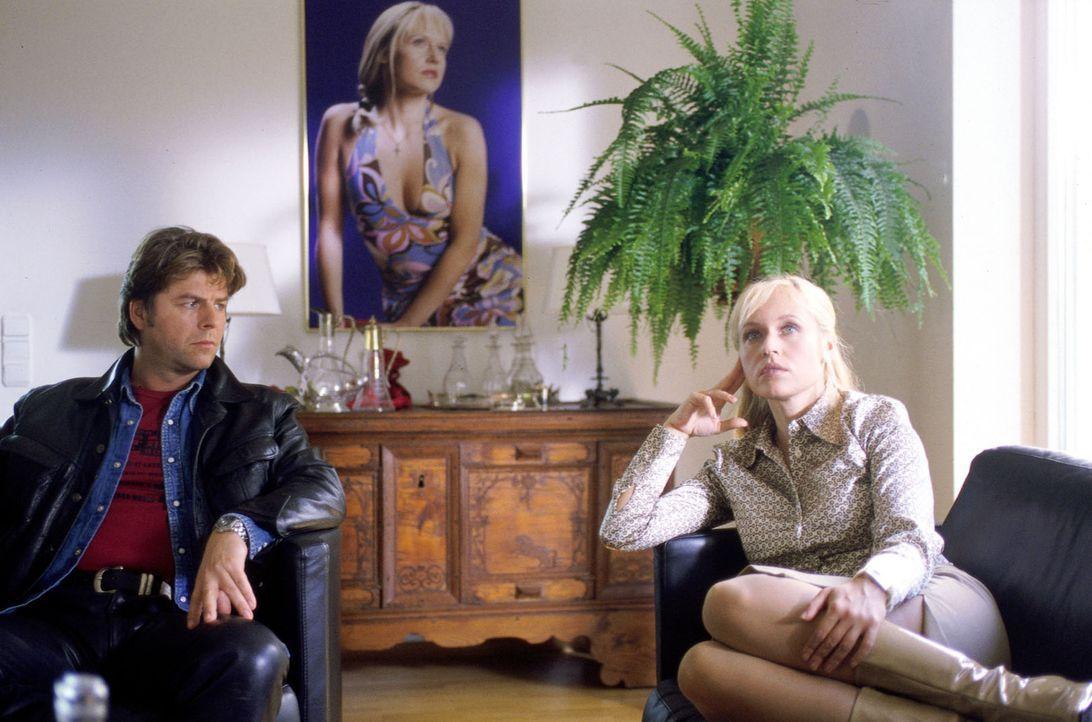Jupp (Uwe Fellensiek, l.) konfrontiert Mona (Anica Dobra, r.) mit dem Vorwurf, sie hätte Robert Stamm umgebracht ... - Bildquelle: Kerpensian Sat.1