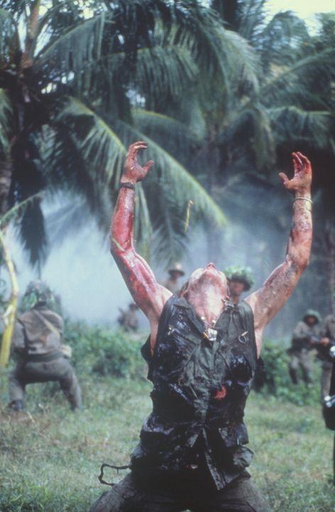 Von seinen eigenen Männern im Stich gelassen, fällt Sergeant Elias (Willem Dafoe, M.) den Vietcong in die Hände ... - Bildquelle: Orion Pictures Corporation
