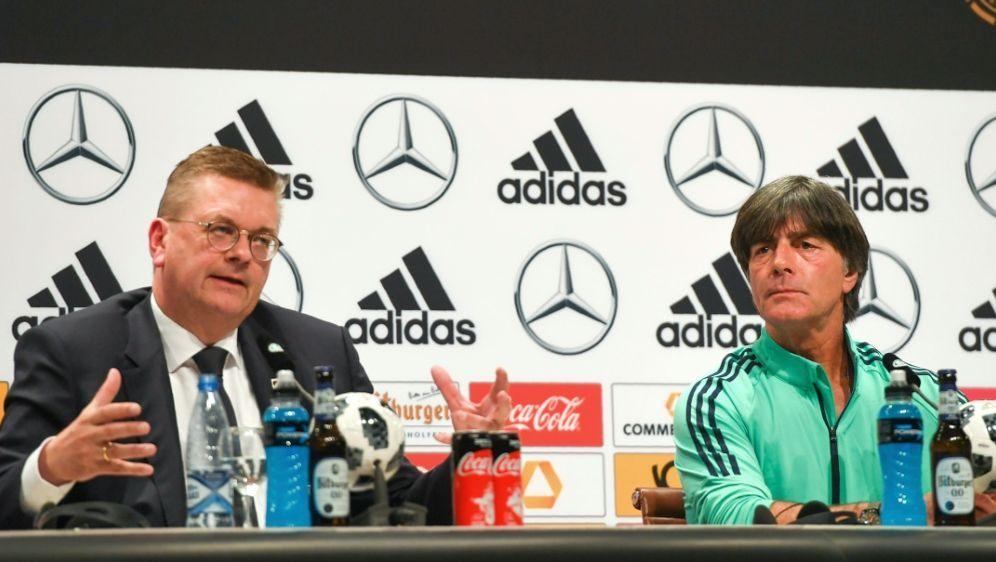 Löw (r.) und Grindel äußern sich auf der Pressekonferenz - Bildquelle: AFPSIDPATRIK STOLLARZ