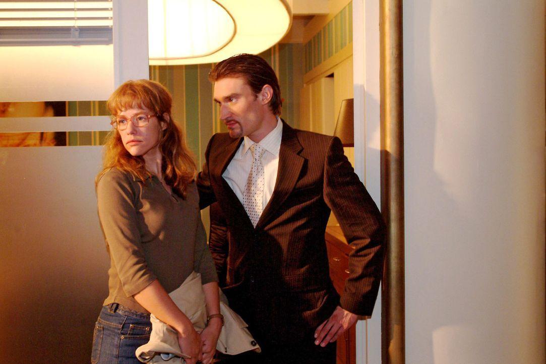 Richard (Karim Köster, r.) wird von Lisa (Alexandra Neldel, l.) abgewiesen, als er ihr eine Stelle bei ihm anbieten will. (Dieses Foto von Alexandr... - Bildquelle: Sat.1
