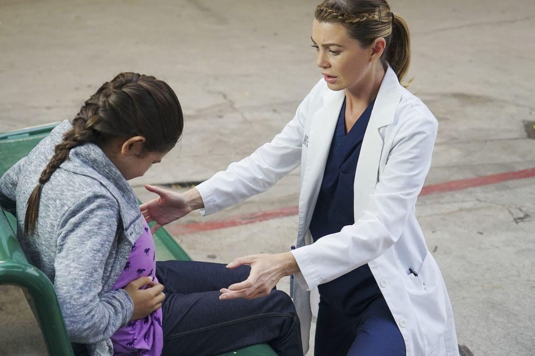 Meredith (Ellen Pompeo, r.) traut ihren Augen kaum: Ist es möglich, dass die kleine Nadia (Sara Rowe, l.) wirklich hoch schwanger ist? - Bildquelle: ABC Studios