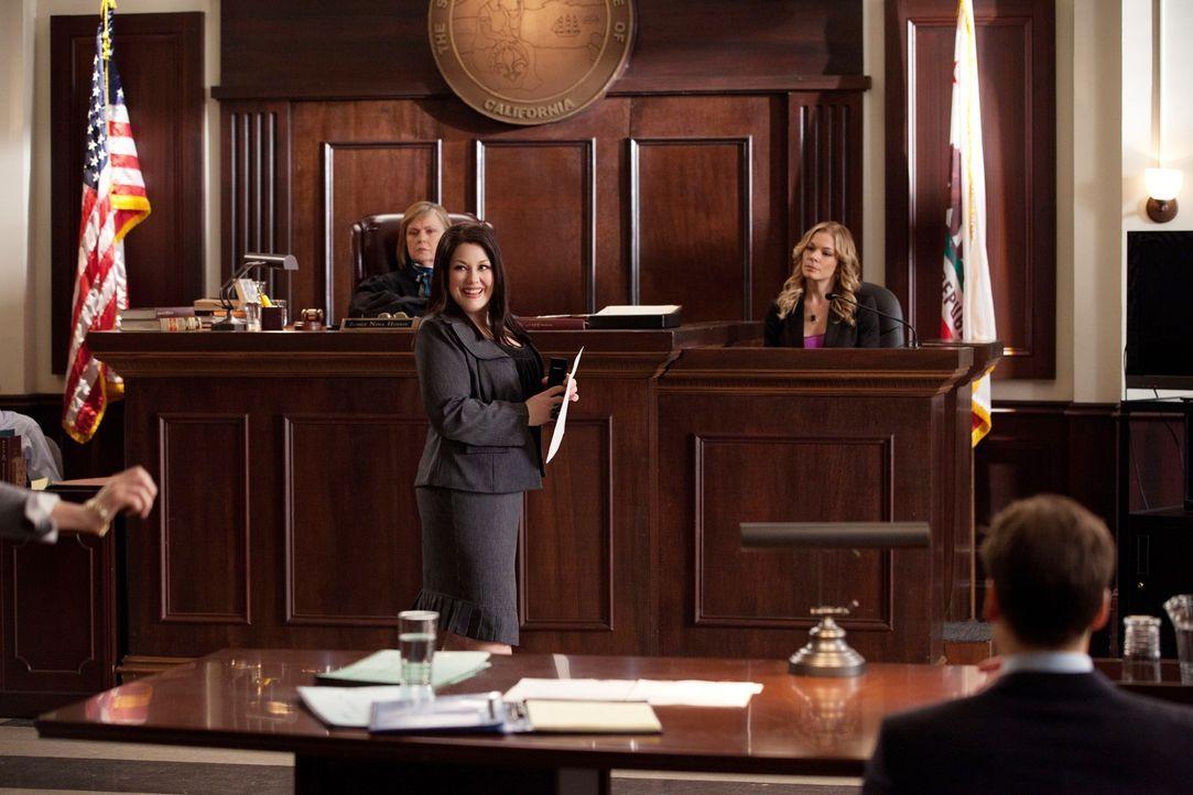 Jane (Brooke Elliott, 2.v.l.) verteidigt Lana Klines (LeAnn Rimes, hinten r.) Ehemann, die eine Klage wegen Fahrerflucht am Hals hat ... - Bildquelle: 2011 Sony Pictures Television Inc. All Rights Reserved.