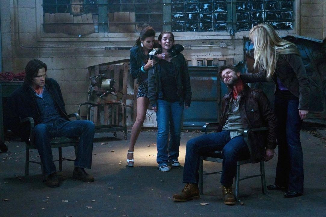 Die Suche nach einem verschwundenen Vater bringt alle in große Gefahr: Sam (Jared Padalecki, l.), Sally (Meghan Ory, 2.v.l.), Krissy (Madison McLaug... - Bildquelle: Warner Bros. Television