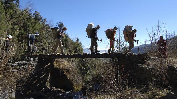 Sechs mutige Männer machen sich auf in die entlegensten Gebiete der Erde. Die...