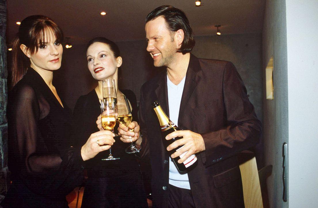 Susanne (Maria Kowalsky, M.) und Fred (Christian Rudolf, r.) Büscher bereiten sich auf den Abend im Club vor. Manuela (Susann Uplegger, l.) hat Lamp... - Bildquelle: Magdalena Mate Sat.1