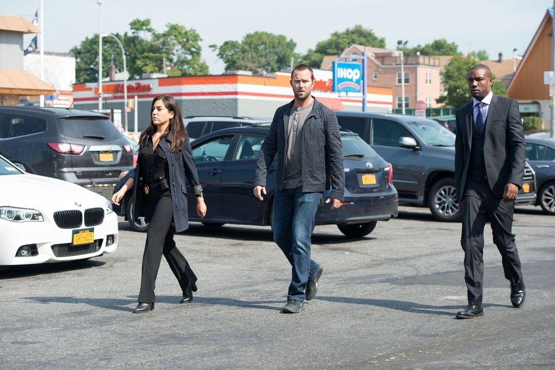 Mit der Hoffnung einen Schritt weiter in Janes Fall zu kommen, machen sich Tasha Zapata (Audrey Esparza, l.), Edgar Reed (Rob Brown, r.) und Kurt We... - Bildquelle: Warner Brothers