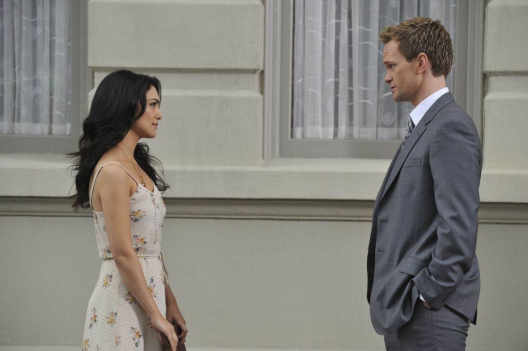 Als Barney (Neil Patrick Harris, r.) und Robin zufällig auf Nora (Nazanin Boniadi, l.) treffen, entschuldigt sich Barney bei ihr und bittet sie dar... - Bildquelle: 20th Century Fox International Television