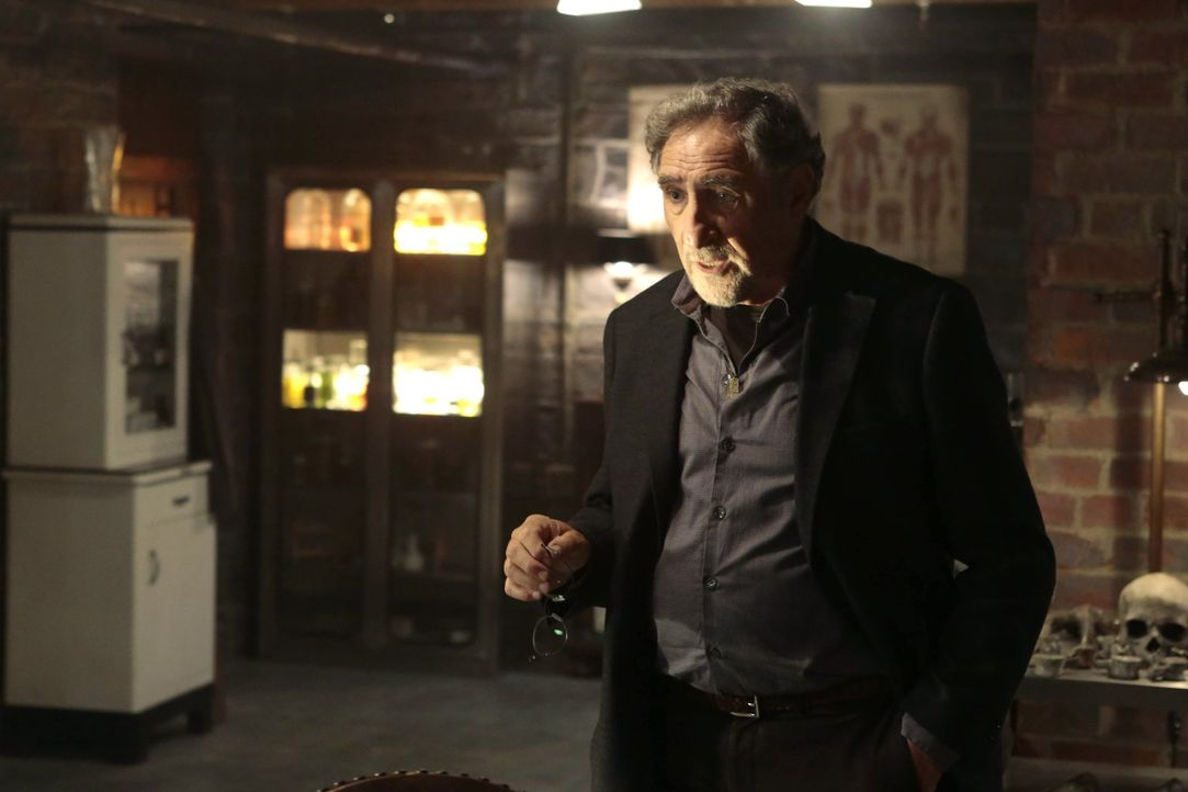 Abe (Judd Hirsch) kann nicht glauben, dass ein unbekannter Mörder ein menschliches Herz in einem Pappkarton an die Mordkommission geschickt hat ... - Bildquelle: Warner Brothers