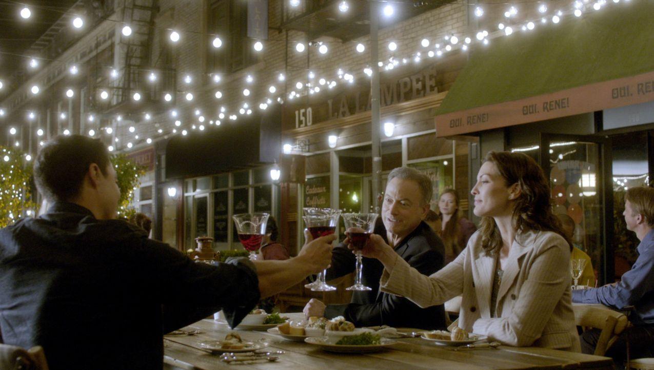 Matt (Daniel Henney, l.), Jack (Gary Sinise, 2.v.r), Clara (Alana De La Garza, r.) und Mae sind auf der Suche nach einem Serienkiller, der in Paris... - Bildquelle: 2015 CBS Broadcasting, Inc. All Rights Reserved