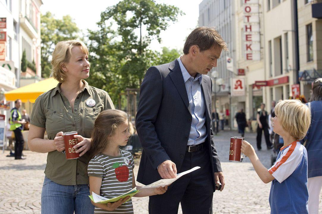 Mark (Jan Sosniok, 2.v.r.) wird von seinem Sohn (Tom Hoßbach, r.) um eine Spende für den Zoo gebeten. Dem kleinen Tom liegt der zoologische Garten g... - Bildquelle: Thomas Kost Sat.1