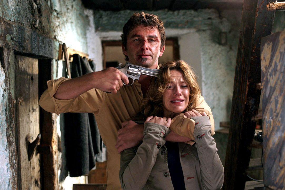 Felix Vogler (Hans Sigl, l.) hat Esther (Alexandra Neldel, r.) in seine Gewalt gebracht, um sie gegen seinen Sohn auszutauschen. - Bildquelle: Petro Domenigg Sat.1