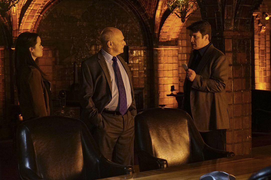 Während er seinen verlorenen Erinnerungen auf der Spur ist, erhält Castle (Nathan Fillion, r.) eine Einladung einer Geheimorganisation von Detektive... - Bildquelle: Richard Cartwright 2016 American Broadcasting Companies, Inc. All rights reserved.